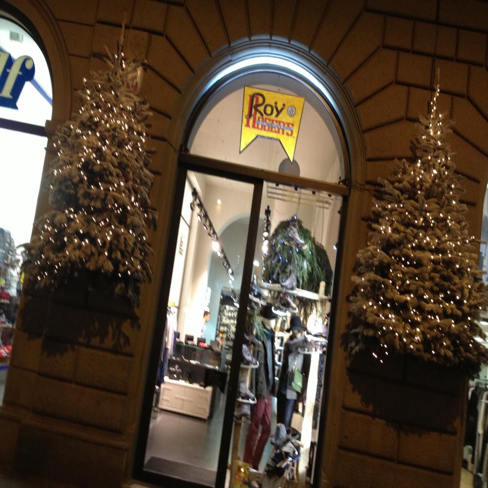 Negozi di Firenze addobbati per Natale