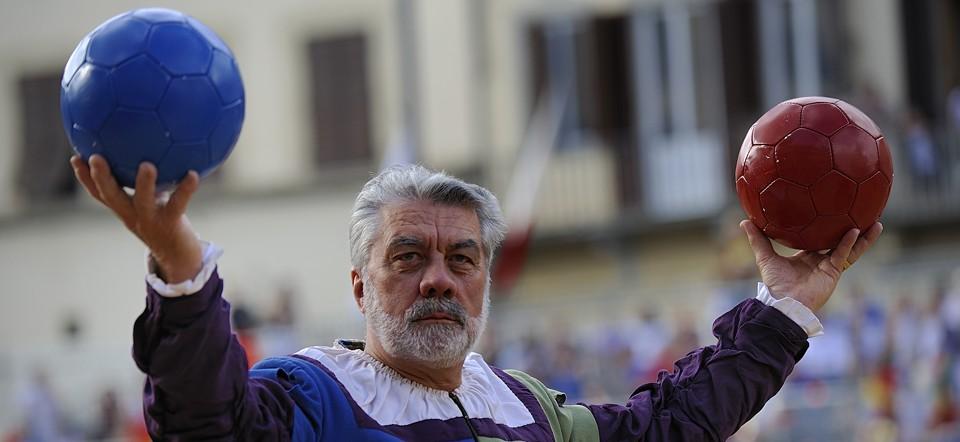 Calcio Storico Fiorentino con inizio con il lancio del pallone da parte del Pallaio