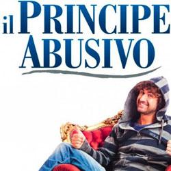 Il principe abusivo arriva in teatro dopo il successo al cinema